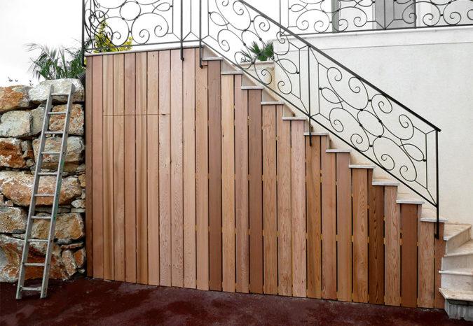 Habillage extérieur bois d'un escalier d'entrée